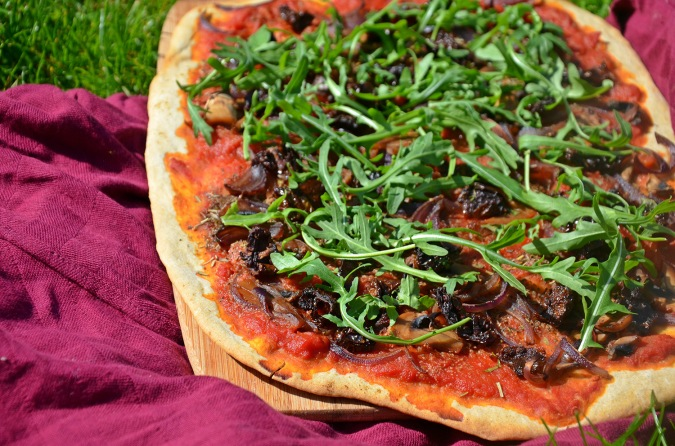 pizza aux tomates séchées, champignons et roquette